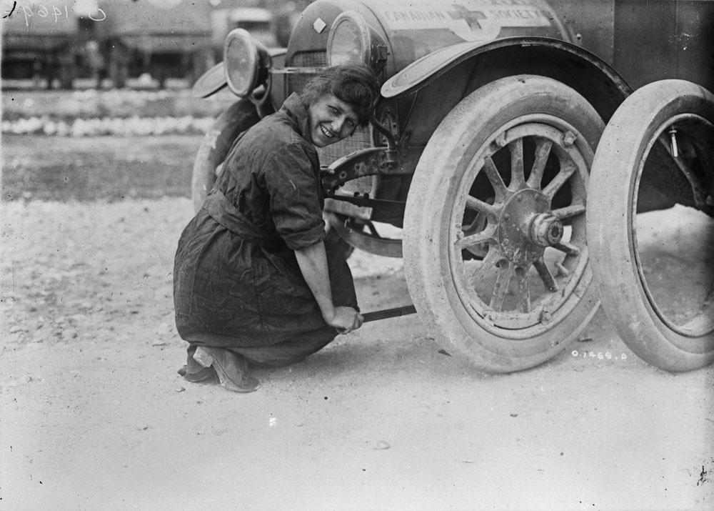 En tant que chauffeuse d'ambulance, Grace MacPherson est devenue une enfant chérie de la propagande canadienne servant à souligner la disponibilité de rôles pour les femmes dans l'effort de guerre. Photos: Canada. Ministère de la Défense nationale/Bibliothèque et Archives Canada/