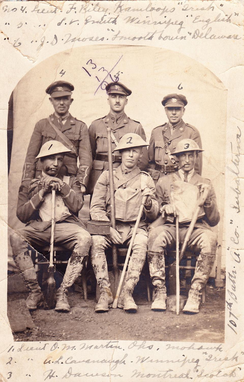 Martin, à l'époque lieutenant (assis à la gauche), posant avec ses collègues officiers 107e Bataillon (Winnipeg), juillet 1916. Remarquez la boue à la hauteur de leurs genoux sur leurs bottes. Martin a passé 7 mois en France et en Belgique. Photo tirée du projet «L'album de la Grande Guerre», Histoire Canada.