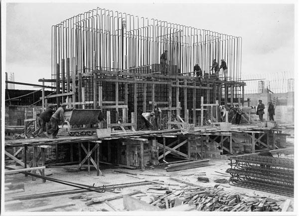 Des ouvriers construisent la fondation de la base du mémorial de Vimy. Crédit : Canada - Anciens Combattants Canada/Bibliothèque et Archives Canada/e002852545