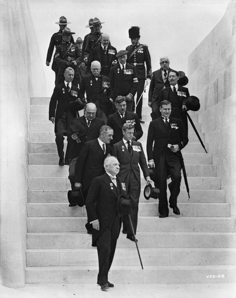 Ross et d'autres dignitaires descendant les marches du mémorial lors de son dévoilement en 1936. Ross est dans la deuxième rangée, s'adressant à Sa Majesté, le roi Edward VIII. Crédit : Office national du film du Canada. Photothèque/Bibliothèque et Archives Canada/PA-183542.